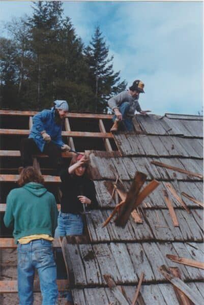 Dennis-Newsham-Martha-Abelson-Gail-Ringwood-Ian-Moul building the roof of Mansons Hall